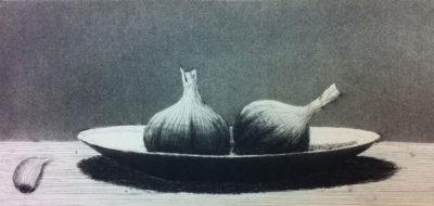 Kaksi valkosipulia lautasella